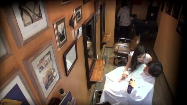 素人≫ 素人 エッチしたくて客に巨乳を見せてくるサセ神の美容師にAV出演交渉!