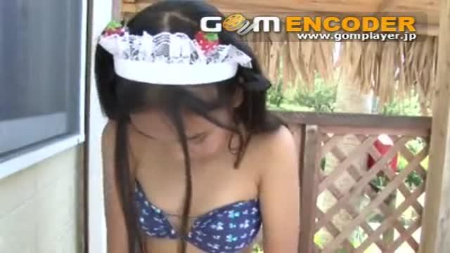 動画≫ 着エロ ホンモノJr.アイドル美少女のメイド服脱衣ビキニ水着膨らみはじめ乳房接写イメージ