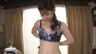 人妻動画 〉ただお尻が大っきいだけなんですw初撮り人妻のフルバックパンティからはみ出た尻がたまりません!