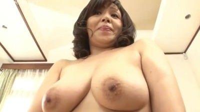 おばさん動画 〉大きなお尻を包み込むベージュ色のパンツがいかにもおばさんらしい熟女主婦の初撮り映像