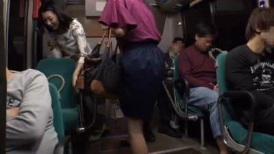 人妻動画 〉通勤バスで痴漢されてる人妻が自らエロ尻を突き出し本気で感じまくってますw