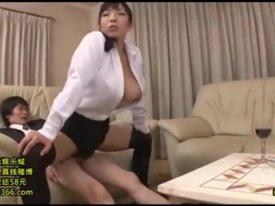 熟女動画 〉パンツがちょっと湿ってます・・・純白パンティが濡れてる着衣尻で顔面圧迫する熟女上司