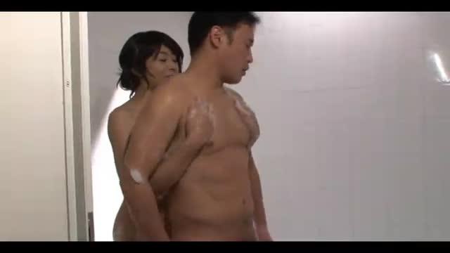 熟女 〉 元芸能・小松千春 巨尻熟女をバックで突き刺し、お顔で濃厚ザーメンを浴びる!男の背後からチンポを手コキするシーンはエロい!