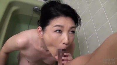 動画 〉お風呂でデカ尻を突き出し息子に性器を舐めさせアンアン喘ぐ淫乱母親