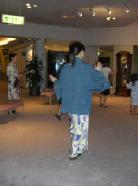 民謡「会津磐梯山」を踊る人