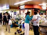 20050507-船橋市本町7・JR船橋駅・改札前フラワーショップ-1646-DSC09388