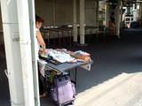 20050911-京成船橋競馬場駅前・新聞販売-1018-DSCF1731