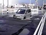20110311_東日本巨大地震_浦安_液状化_車が沈んでいる_255963379T