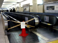 20110318_JR東日本_駅_節電_エスカレータ_2020_DSC07592