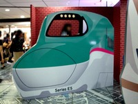 20150805_JR東日本_東京駅_新幹線_巨大顔出し看板_1812_DSC02933