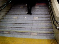 20170213_JR京葉線_東京駅_ホーム階段_カロリー_0817_DSC00679