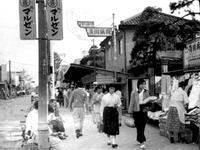 1958年_昭和33年_船橋市本町_国鉄船橋駅前通り商店街_040