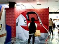 20150805_JR東日本_東京駅_新幹線_巨大顔出し看板_1812_DSC02932