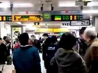 20161215_市川市_JR京葉線_市川塩浜駅_電車の下に男性_182