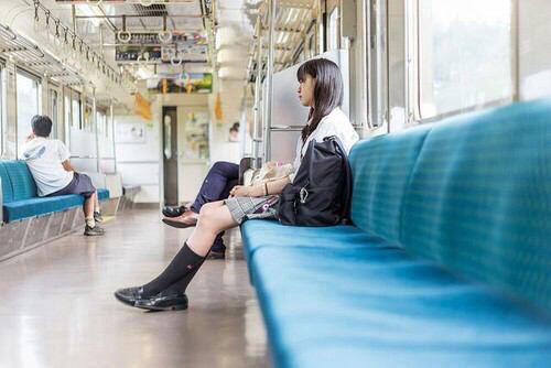 電車ワイ「おっ、JK乗ってきた!隣の席空いてるゾ~来い来い来いっ!」