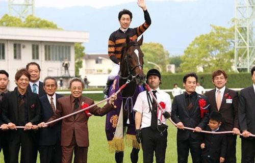北島三郎所有の競走馬・キタサンブラックが天皇賞・春を制覇!ディープインパクトのレコード記録まで塗り替える快挙