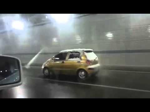 女さん、サイドブレーキかけたまま運転する技をみせる