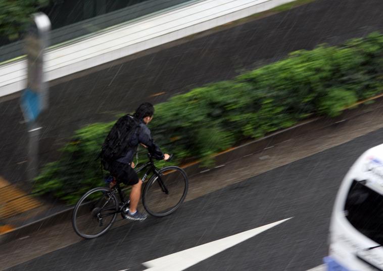 豪雨の中の自転車