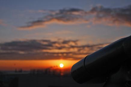 頭を垂れる望遠鏡