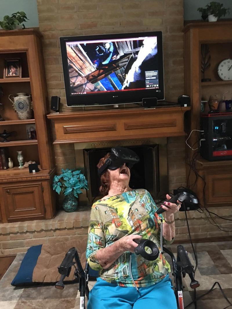 【画像】96歳のおばあちゃんにVRでゲームをやらせた結果がコレ!!のサムネイル画像