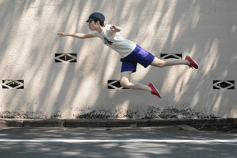 【画像あり】スマホで浮いているような写真が撮れる方法wwwwwwww