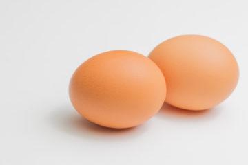 【画像あり】卵に植物を貼り付けて玉ねぎの皮と一緒に茹でた結果wwwwwwwwwwwwwwww