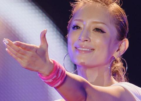 【画像あり】浜崎あゆみの上目遣い写真が「可愛すぎる」と反響!