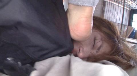 踏み付けられて犯される踏みにじられる女のエロ画像amamitubasa07
