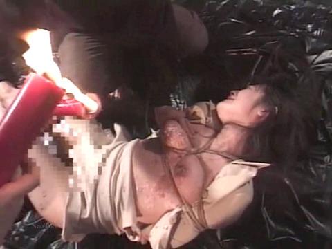 踏みつけられて犯される 惨めな女の AV エロ画像 hanazawamarie15