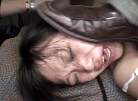 土足で 靴で顔を踏みつけられる姿が惨めでエロイ 女のAV画像 az110