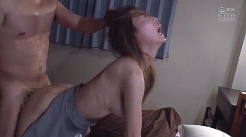 髪を鷲掴みにされて引っ張られて犯される女のAV画像 川北麻衣 16