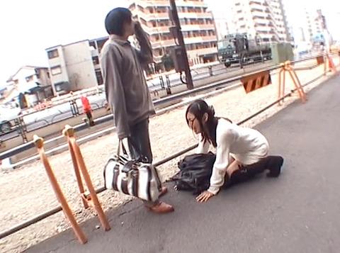 街中で土下座させられる女の画像 真白希実 -SMJP