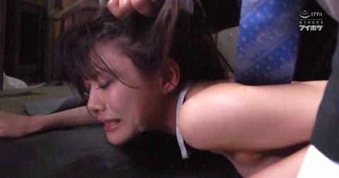 髪を鷲掴みにされて引っ張られて犯される女のAV画像 相沢みなみ10