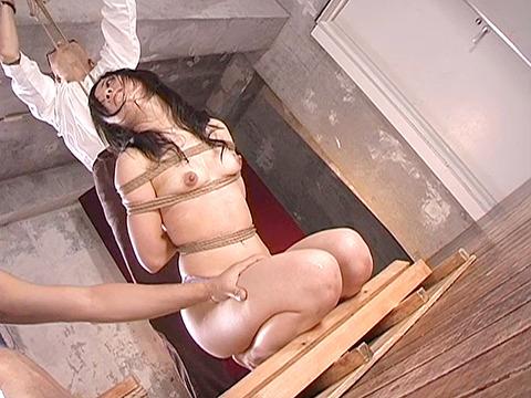 SM拷問調教 石抱き三角すのこ正座責めされる女のAVエロ画像 aki17