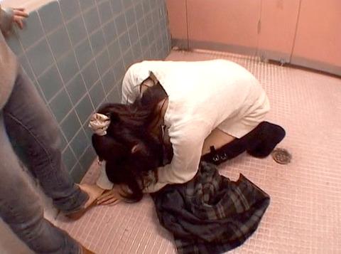公衆便所で土下座する女の画像 真白希実 -SMJP