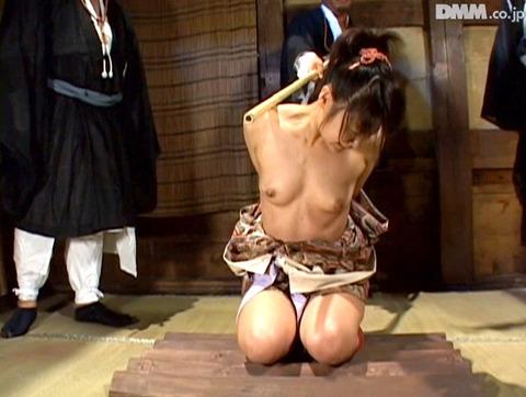 SM拷問調教 石抱き三角すのこ正座責めされる女AVエロ画像 maika05
