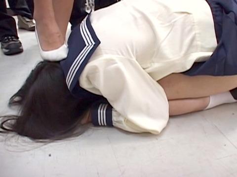 踏みつけられて這いつくばる惨めな女のAVエロ画像 shiinar03