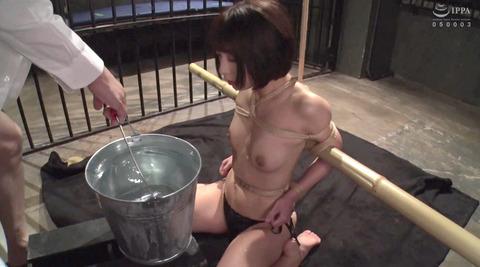 踏みつけられて水責め拷問 惨めな女のAVエロ画像 abeno36