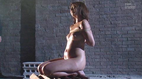 SM拷問調教 石抱き三角すのこ正座責めされる女AVエロ画像 yuuki23