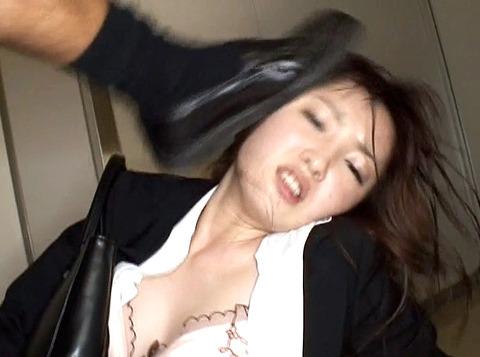 マゾ女踏みつけらて人権剥奪惨めな女のAVエロ画像moritanimiu20