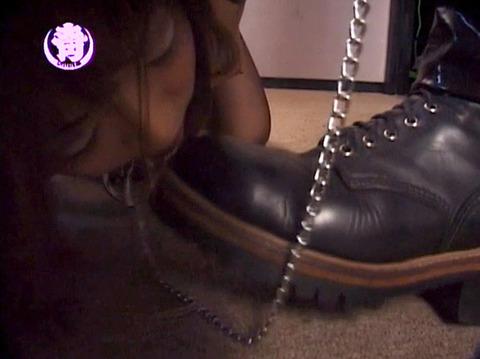 服従の誓い靴を舐める女 靴舐め女 エロ AV 画像 chihiro08