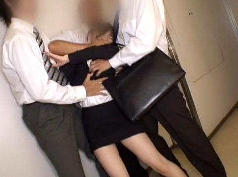 マゾ女踏みつけらて人権剥奪惨めな女のAVエロ画像moritanimiu02