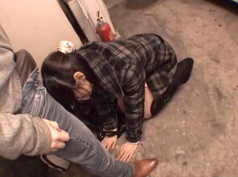 白昼の街中路上で 土下座して謝る女の画像 真白希実 -SMJP