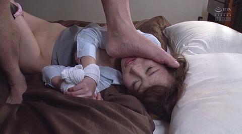 踏まれる女エロ画像 惨めに嬲られる女の AV エロ画像 kawakita14