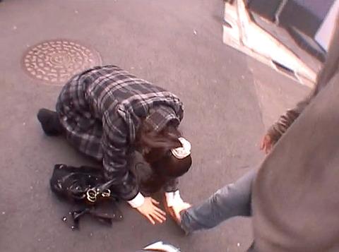 街中の路上で土下座する女の画像 真白希実 -SMJP