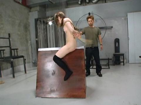 SM拷問調教 三角木馬 股間責めされる女のAVエロ画像 za4_09
