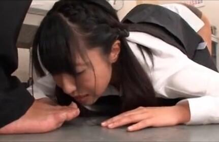 足を舐める女、足を舐めさせられる女、足舐め女 画像