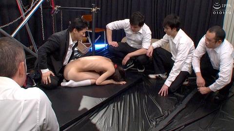 abe36  大勢の前で一人だけ裸にされる女の画像 CMNF画像