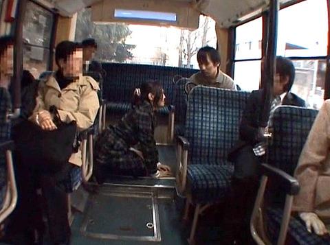 バスの中で男に土下座して謝る女の画像 真白希実 -SMJP