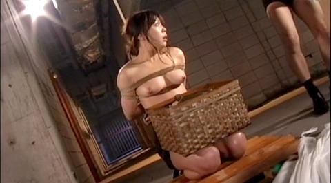 SM拷問調教 石抱き三角すのこ正座責めされる女のAVエロ画像 aika12